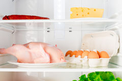 Étagères horizontales de tir du réfrigérateur avec la nourriture Image libre de droits