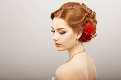 Tagtraum. Weichheit. Goldene Haar-Frau mit roter Blume. Platin-Glanz-Halskette Stockbilder