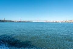 Tagus River e 25a April Bridge em Lisboa, Portugal Fotografia de Stock Royalty Free