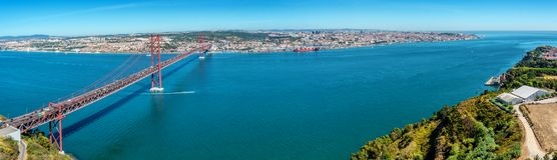 Tagus River e 25a April Bridge em Lisboa, Portugal Foto de Stock Royalty Free