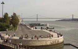 Tagus River e 25o da ponte de abril da torre de Belém Imagem de Stock