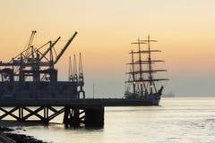 Tagus River, kranar och skepp Arkivbild