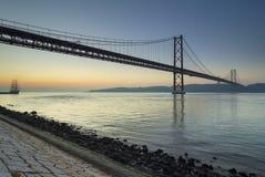 Tagus River och 25th April bro på gryning Royaltyfri Bild