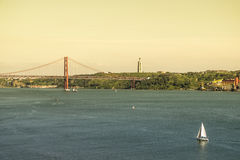 Tagus rzeka i 25th Kwietnia most w Lisbon Obrazy Stock