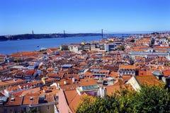 Tagus rzeki mosta Kwietnia 25 Pomarańczowi dachy Lisbon Portugalia Obrazy Royalty Free