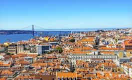 Tagus rzeki mosta Kwietnia 25 Pomarańczowi dachy Lisbon Portugalia Fotografia Royalty Free