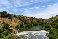 Taguset River i Toledo, Spanien Royaltyfria Bilder