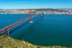 Tagusrivier en 25ste April Bridge in Lissabon, Portugal Royalty-vrije Stock Fotografie