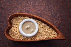 Tahini e sementes de sésamo fotos de stock