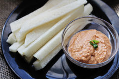 Εμβύθιση Tahini ραβδιών και ντοματών Jicama σε ένα πιάτο Στοκ Φωτογραφίες