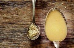 Tahini, pâte de sésame, dans une cuillère image libre de droits