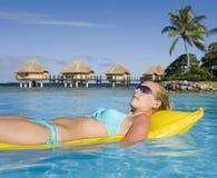Tahití - muchacha en airbed imagenes de archivo