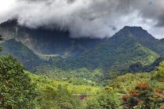 Tahiti.Clouds au-dessus d'un paysage de montagne. Photographie stock libre de droits