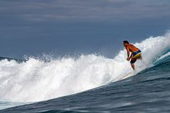 TAHITI, FRANZÖSISCH-POLYNESIEN - 5. August 2018 - Surfertraining Tage vor Wettbewerb Billabong Tahiti an Teahupoo-Riff lizenzfreie stockfotografie