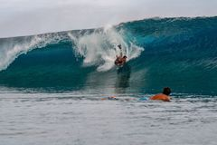 TAHITI, FRANZÖSISCH-POLYNESIEN - 5. August 2018 - Surfertraining Tage vor Wettbewerb Billabong Tahiti an Teahupoo-Riff stockbilder