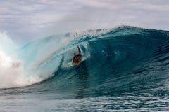 TAHITI, FRANZÖSISCH-POLYNESIEN - 5. August 2018 - Surfertraining Tage vor Wettbewerb Billabong Tahiti an Teahupoo-Riff lizenzfreies stockfoto