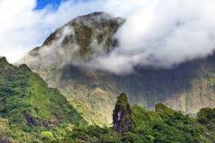 tahiti polynesia Moln över ett berglandskap fotografering för bildbyråer