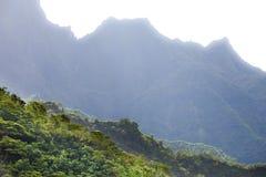tahiti polynesia Moln över ett berglandskap Arkivfoton