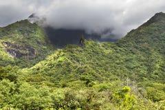 tahiti polynesia Moln över ett berglandskap royaltyfri bild
