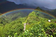 tahiti polynesia Moln över ett berglandskap och regnbåge royaltyfri bild