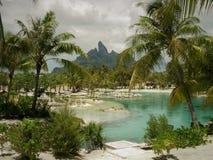 Tahitian semesterortlagun med Mt Otemanu i den bakgrundsBora bOraen royaltyfri bild