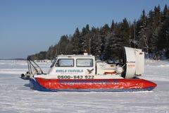 TAHKO FINLAND - FEBRUARI 23, 2010: En svävfarkost på vintersjöisen i Tahko, Finland Royaltyfri Fotografi