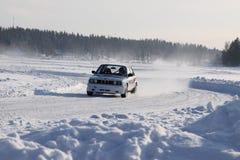 TAHKO, FINLANDIA - 23 FEBBRAIO 2010: Una vettura da corsa BMW nel moto al raduno di inverno in Tahko, Finlandia Fotografie Stock Libere da Diritti