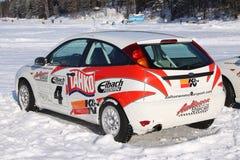 TAHKO FINLANDIA, LUTY, - 23, 2010: Elegancki bieżny samochód Ford na nabijać ćwiekami oponach dla zima wiecu w Tahko, Finlandia Fotografia Royalty Free