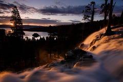 在老鹰秋天和鲜绿色海湾, Tahoe湖,加利福尼亚的日出 库存图片