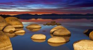 Tahoe Flusssteine am Sonnenuntergang lizenzfreies stockfoto