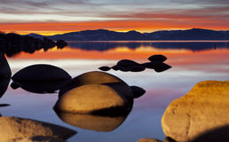 Tahoe röd solnedgång fotografering för bildbyråer