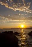 Tahoe solnedgång med segelbåten Arkivfoton