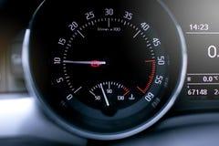 Tahometer em um carro moderno imagem de stock