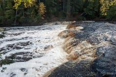 Tahquamenon河和更低秋天, Tahquamenon秋天国家公园,密执安,美国 免版税图库摄影