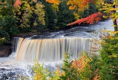 Tahquamenon de Michigan baja en otoño foto de archivo