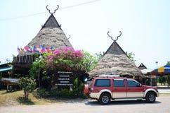 Tai展示旅客的水坝样式议院Tai Dum村庄的 免版税库存照片