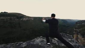 Tai Chi an der Spitze des Berges stock video