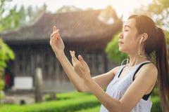 Tai-chi, för övningsyin för kinesisk flicka tonårig fridsam yang styrka fotografering för bildbyråer