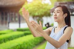 Tai-Chi, Yang-Kraft yin Praxis des chinesischen Mädchens jugendlich ruhig lizenzfreie stockbilder