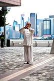 Tai-Chilärare instruerar Tai Chie i allmänhet fotografering för bildbyråer