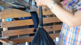 Tai Dam folk som gör den svarta Tai-frisyren för frisyr och för smink arkivfilmer
