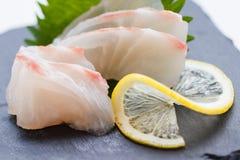 Tai Sashimi: Skivade rå Tai Red Seabeam Fish Served med den skivade rädisan på stenplattan fotografering för bildbyråer