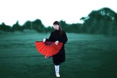 Taichi wushu mistrza kobieta w Outdoors ruchu z fan zdjęcie stock