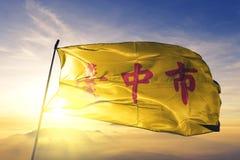 Taichung stad av tyg för torkduk för Taiwan flaggatextil som vinkar på den bästa soluppgångmistdimman vektor illustrationer