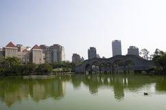 Taichung stad med kinesträdgårddammet royaltyfri bild