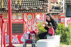 TAICHUNG, TAIWÁN - 14 DE ABRIL: Las madres toman a sus niños para permanecer Imágenes de archivo libres de regalías
