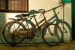 TAICHUNG, TAIWÁN 31-May-2018 Bicicleta aherrumbrada vieja y su sombra contra una pared imagen de archivo libre de regalías