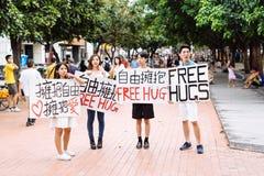 Taichung, Taiwan - 25. Juli 2015: Anbietende freie Umarmungen auf Stadtstraße Stockfotos