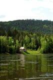 taiga del siberiano del fiume della montagna di mana di izba Fotografia Stock Libera da Diritti