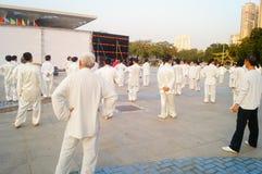 Taijiquan d'esecuzione collettivo anziano pensionato cinese Fotografia Stock